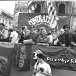 Manifestanti con striscioni 1990