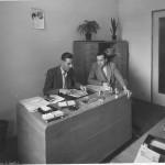 """Franco Volontè (a sinistra) e Armando Sabatini (a destra), durante una riunione nel giugno 1949 del Comitato esecutivo della Fillm (Federazione italiana liberi lavoratori metalmeccanici), che l'anno dopo diventerà la Fim Cisl. Volontè ne sarà il primo segretario generale; Sabatini un autorevole membro della Segreteria, per essere poi eletto deputato. Porta il suo nome la """"Legge Sabatini"""", ancor oggi in vigore dopo successivi aggiornamenti."""