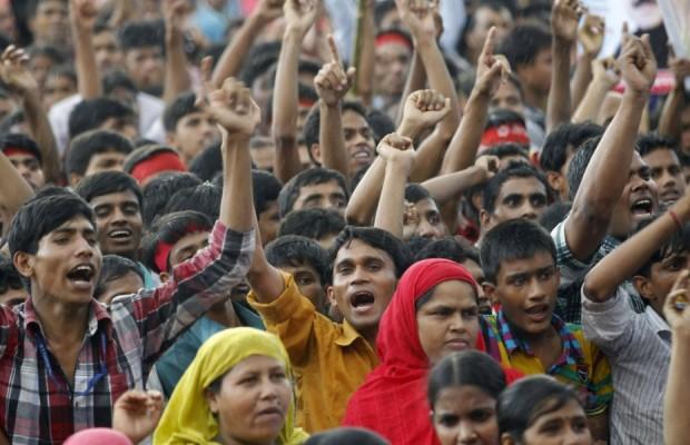 lavoratori-gridano-i-loro-slogan-durante-un-comizio-chiedendo-un-aumento-del-loro-salario-minimoorig_main