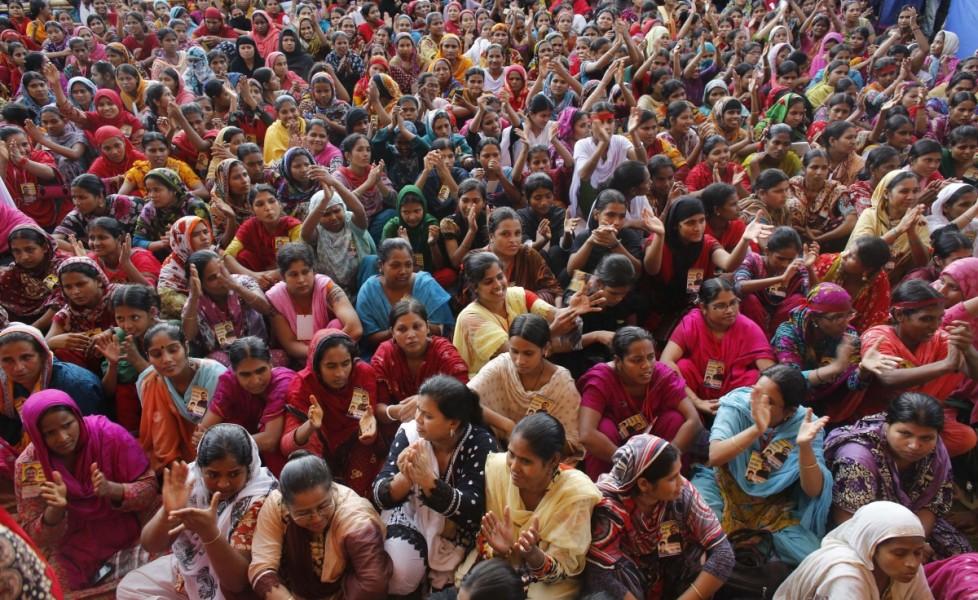 lavoratrici-tessili-durante-una-manifestazione-a-dacca-il-21-settembreorig_main