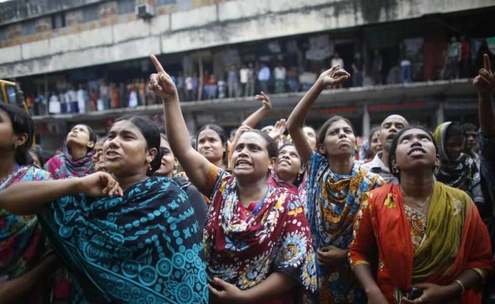lavoratrici-urlano-ai-loro-colleghi-a-lavoro-alla-brothers-fashion-limited-di-unirsi-alla-loro-protestaorig_main