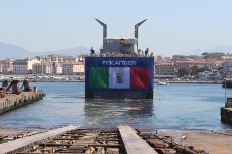 Un momento del varo nei cantieri Fincantieri di Castellammare di Stabia della nave militare per supporto logistico C6259, Castellammare di Stabia, 10 Aprile 2017. ANSA/CESARE ABBATE